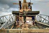 TNI bantu warga perbaiki kubah masjid  Baburohman di Asiki