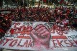 Sejumlah mahasiswa melakukan aksi di halaman Pengadilan Negeri Bandung, Jawa Barat, Rabu (18/3/2020). Aksi yang dilakukan oleh Ikatan Mahasiswa Muhammadiyah tersebut menuntut agar Pengadilan Negeri Bandung membatalkan eksekusi aset berupa rumah panti asuhan milik Muhammadiyah di Bandung. ANTARA JABAR/Raisan Al Farisi/agr