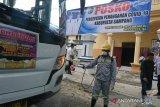 Tim Corona Sampang semprotkan disinfektan ke bus pariwisata luar Madura