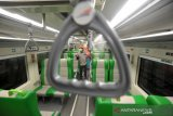Gerbong dan lingkungan stasiun Kereta Api Padang disemprot cegah penyebaran Covid-19