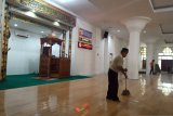 Pengurus Masjid Nurul Iman Padang gulung karpet sajadah cegah COVID-19