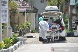 Petugas medis membawa seorang Pasien Dalam Pengawasan (PDP) terduga COVID-19 di Rumah Sakit Umum Pusat (RSUP) H Adam Malik Medan, Sumatera Utara, Rabu (18/3/2020). Saat ini pihak rumah sakit telah mengisolasi 10 orang PDP terduga COVID-19 dan tiga orang PDP telah dinyatakan negatif/sudah dipulangkan.