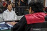 SIDANG PUTUSAN IWA KARNIWA. Terdakwa kasus suap Meikarta yang juga mantan Sekretaris Daerah Jawa Barat, Iwa Karniwa menjalani sidang dengan agenda pembacaan putusan di Pengadilan Tipikor, Bandung, Jawa Barat, Rabu (18/3/2020). Dalam sidang tersebut Majelis Hakim menjatuhi hukaman kepada Iwa Karniwa dengan pidana kurungan penjara selama 4 tahun, denda Rp 200 juta subsider 1 bulan karena terbukti menerima suap pada kasus perizinan Meikarta. ANTARA JABAR/Raisan Al Farisi/agr