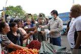 Wali Kota Manado bagikan masker gratis di pasar bersehati