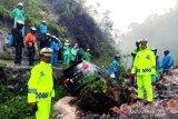 Jalan lintas Sumatera perbatasan Padang-Solok longsor