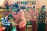 Pengurus Bhayangkari Mimika semprot disinfektan di TK Kemala