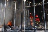 Petugas Pemadam Kebakaran berusaha memadamkan api yang menghanguskan wahana wisata baru Hawai Waterpark di Singosari, Malang, Jawa Timur, Jumat (20/3/2020). Meski tidak ada korban jiwa, namun kebakaran tersebut mengakibatkan kerugian hingga milyaran rupiah. Antara Jatim/H Prabowo/abs/zk.