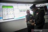 Gubernur Jawa Barat Ridwan Kamil (kanan) bersama Ketua Jabar Bergerak Atalia Praratya (kiri) mengoperasikan aplikasi Pusat Informasi dan Koordinasi COVID-19 (Pikobar) setelah di luncurkan di Jabar Command Center, Bandung, Jawa Barat, Jumat (20/3/2020). Pemerintah Provinsi Jawa Barat meluncurkan aplikasi Pikobar guna memberikan layanan dan informasi kepada masyarakat terkait COVID-19. ANTARA JABAR/Raisan Al Farisi/agr