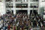 Umat muslim tetap padati shalat jumat di Masjid Agung Palembang