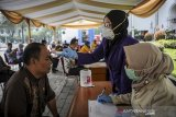 Petugas kesehatan memeriksa suhu tubuh seorang ASN saat screening ASN di Kompleks Gedung Sate, Bandung, Jawa Barat, Jumat (20/3/2020). Pemerintah Provinsi Jawa Barat melakukan screening terhadap seluruh ASN yang bekerja di Komplek Pemerintahan Gedung Sate guna mengantisipasi penyebaran COVID-19 pasca salah seorang ASN yang positif COVID-19. ANTARA JABAR/Raisan Al Farisi/agr