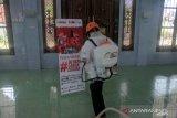 Aksi penyemprotan disinfektan oleh ACT-MRI Riau di masjid