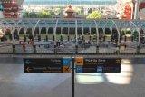 Suasana Terminal Kedatangan Internasional di Bandara Internasional I Gusti Ngurah Rai Bali, Jumat (20/3/2020). Sebanyak 181.053 orang penumpang rute internasional tercatat tiba di bandara tersebut pada periode 1-19 Maret 2020, atau mengalami penurunan 40,2 persen jika dibandingkan catatan periode yang sama pada tahun 2019 yaitu sebesar 302.914 orang penumpang. ANTARA FOTO/Fikri Yusuf/nym.