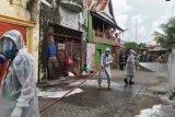 Damkar Kota Makassar semprotkan disinfektan di jalan antisipasi COVID-19