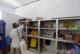 Ketua Yayasan Al Islam Ramli Yahya menyemprotkan cairan desinfektan di kamar asrama Pesantren Al Islam di Kabupaten Gorontalo, Gorontalo, Rabu (18/3/2020). Penyemprotan tersebut bertujuan untuk mencegah penyebaran virus corona (COVID-19) yang dilakukan lima hari sekali. (ANTARA FOTO/Adiwinata Solihin)