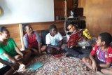 Bhabinkamtibmas Polres Tolikara mengajar anak di rumah