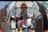 Dua orang anak berada di dekat Ogoh-ogoh yang dibuat menjelang Hari Raya Nyepi Tahun Saka 1942 di Denpasar, Bali, Minggu (22/3/2020). Gubernur Bali Wayan Koster menginstruksikan larangan pelaksanaan pengarakan Ogoh-ogoh dalam bentuk apapun yang berpotensi menimbulkan keramaian dan kerumuman orang di seluruh wilayah Bali sebagai upaya pencegahan penyebaran COVID-19. ANTARA FOTO/Fikri Yusuf/nym