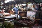 Suasana Pasar Sayur Sri Jaya Kota Madiun, Jawa Timur, Minggu (22/3/2020). Sejak merebaknya wabah COVID-19 atau virus Corona, selama beberapa hari terakhir pengunjung pasar tersebut turun drastis. Antara Jatim/Siswowidodo/zk.