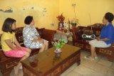 Umat Katolik di Kupang NTT mengikuti misa melalui siaran radio