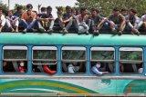 Warga India berebut barang kebutuhan harian hari pertama 'lockdown'