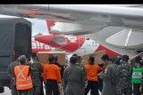 Petugas memindahkan Alat Pelindung Diri (APD) dari pesawat B737-400 milik TNI AU di Bandara I Gusti Ngurah Rai, Bali, Senin (23/3/2020). Ribuan APD dengan berat total 1,6 ton yang dikirim dari Lanud Halim Perdanakusuma tersebut selanjutnya akan didistribusikan ke beberapa rumah sakit di wilayah Bali, NTB dan NTT untuk penanganan COVID-19 atau virus Corona. ANTARA FOTO/Fikri Yusuf/nym.