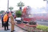 Ribuan liter disinfektan  disempotkan di jalan Kota Palembang