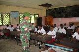 Anggota Satgas TMMD bantu mengajar siswa di SD Inpres Epem Mappi