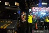 Polisi bubarkan kerumunan antisipasi COVID-19