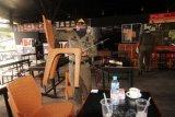 Dua petugas Satpol PP Kota Pontianak mengangkat sejumlah kursi untuk disimpan ke dalam warung kopi saat melakukan penertiban di Pontianak, Kalimantan Barat, Jumat (20/3/2020). Penertiban yang merupakan tindaklanjut dari kebijakan Pemerintah Kota Pontianak yang melarang warganya berkumpul dan minum di warung kopi kecuali membeli minuman untuk dibawa pulang tersebut bertujuan untuk mencegah meluasnya penyebaran virus COVID-19 di ruang publik. ANTARA FOTO/Jessica Helena Wuysang/aww.