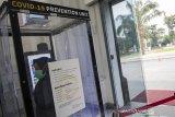Pegawai berada didalam bilik uap disinfektan di Gedung Sate, Bandung, Jawa Barat, Selasa (24/03/2020). Bilik disinfektan tersebut diperuntukan bagi pegawai dan tamu yang berkunjung ke Gedung Sate sebagai upaya pencegahan dan penyebaran COVID-19. ANTARA JABAR/M Agung Rajasa/agr