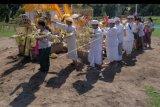 Pemuka agama Hindu bersama petugas adat melakukan ritual penyucian saat upacara Tawur Agung Kesanga yang merupakan rangkaian Hari Raya Nyepi Tahun Baru Caka 1942 di Denpasar, Bali, Selasa (24/3/2020). Upacara untuk keharmonisan alam tersebut tahun ini hanya diikuti pemuka umat Hindu dan aparat adat dengan jumlah terbatas untuk menghindari kerumunan dalam upaya pencegahan penyebaran COVID-19. ANTARA FOTO/Nyoman Hendra Wibowo/nym.