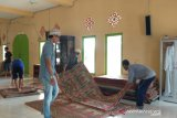 Cairan disinfektan wajib disemprotkan di tempat ibadah dua kali sehari