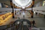 Suasana pusat perbelanjaan sepi pengunjung di Duta Mall, Banjarmasin, Kalimantan Selatan, Selasa (24/3/2020). Untuk mendukung pemerintah mencegah penyebaran virus COVID-19 di ruang publik, pusat perbelanjaan Duta Mall akan tutup sementara mulai 25 Maret hingga 5 April 2020, namun tidak berlaku untuk toko yang menjual kebutuhan pokok dengan jam operasional mulai pukul 12:00 - 20:00 Wita. Foto Antaranews Kalsel/Bayu Pratama S.