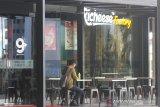 Seorang pengunjung bersantai di Duta Mall, Banjarmasin, Kalimantan Selatan, Selasa (24/3/2020). Untuk mendukung pemerintah mencegah penyebaran virus COVID-19 di ruang publik, pusat perbelanjaan Duta Mall akan tutup sementara mulai 25 Maret hingga 5 April 2020, namun tidak berlaku untuk toko yang menjual kebutuhan pokok dengan jam operasional mulai pukul 12:00 - 20:00 Wita. Foto Antaranews Kalsel/Bayu Pratama S.