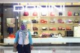 Pengunjung menggunakan masker di Duta Mall, Banjarmasin, Kalimantan Selatan, Selasa (24/3/2020). Untuk mendukung pemerintah mencegah penyebaran virus COVID-19 di ruang publik, pusat perbelanjaan Duta Mall akan tutup sementara mulai 25 Maret hingga 5 April 2020, namun tidak berlaku untuk toko yang menjual kebutuhan pokok dengan jam operasional mulai pukul 12:00 - 20:00 Wita. Foto Antaranews Kalsel/Bayu Pratama S.