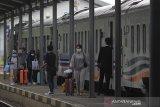 Penumpang turun dari kereta di Stasiun Jatibarang, Indramayu, Jawa Barat, Selasa (24/3/2020). PT Kereta Api Indonesia (KAI) Daop 3 Cirebon membatalkan 8 perjalanan Kereta Api Argo Cheribon guna mencegah penyebaran virus COVID-19. ANTARA JABAR/Dedhez Anggara/agr