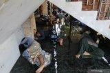 Sejumlah santri beristirahat di kawasan Pondok Pesantren (ponpes) Lirboyo, di Kota Kediri, Jawa Timur, Selasa (24/3/2020). Ponpes terbesar se-Jawa Timur tersebut membatasi akses keluar-masuk bagi santri maupun keluarga satri hingga batas waktu yang belum ditentukan guna menangkal penyebaran COVID-19. Antara Jatim/Prasetia Fauzani/zk.