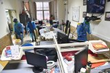 Relawan Partai Nasdem  menyemprotkan cairan disinfektan di ruang redaksi Kantor LKBN Antara biro Jawa Timur di Surabaya, Jawa Timur, Selasa (24/3/2020). Penyemprotan tersebut bertujuan untuk mencegah penyebaran Virus Corona (COVID-19). Antara Jatim/Zabur Karuru