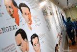 Relawan Partai Nasdem menyemprotkan cairan disinfektan di galeri Kantor LKBN Antara biro Jawa Timur di Surabaya, Jawa Timur, Selasa (24/3/2020). Penyemprotan tersebut bertujuan untuk mencegah penyebaran Virus Corona (COVID-19). Antara Jatim/Zabur Karuru