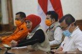 Gubernur Jawa Timur Khofifah Indar Parawansa (kedua kiri) didampingi Wagub Jatim Emil Elestianto Dardak (kedua kanan), Ketua Gugus Tugas Percepatan Penanganan COVID-19 Heru Tjahjono (kiri) serta Dirut RSUD dr Soetomo Joni Wahyuhadi (kanan) menyampaikan keterangan pers terkait data terbaru peta persebaran COVID-19 di Gedung Negara Grahadi, Surabaya, Jawa Timur, Selasa (24/3/2020). Berdasarkan data terbaru pada Selasa (24/3/2020) jumlah orang dalam pemantauan (ODP) sebanyak 2.003, pasien dalam pengawasan (PDP) sebanyak 142 , positif COVID-19 sebanyak 51 orang yang tersebar di seluruh wilayah Jawa Timur dan pasien sembuh lima orang. Antara Jatim/Moch Asim/zk.