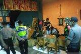 Aparat dilibatkan bubarkan kerumunan orang di Makassar cegah COVID-19