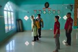 TNI-Polri dan Melayu Raya semprot disinfektan pemukiman penduduk