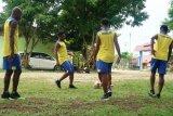 Pemain Persewar Waropen latihan tertutup untuk cegah corona
