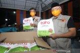 Ketua Gugus Tugas Pencegahan Pengendalian dan Penanganan virus COVID-19 Provinsi Kalsel Abdul Harris Makie (kanan) bersama Ketua Harian Gugus Tugas Pencegahan Pengendalian dan Penanganan virus COVID-19 Provinsi Kalsel Wahyuddin (kiri) memperlihatkan bantuan alat kesehatan untuk penanganan COVID-19 di Gudang Logistik BPBD Provinsi Kalsel di Banjarbaru, Kalimantan Selatan, Rabu (25/3/2020). Sebanyak 2 ribu bantuan alat kesehatan untuk penanganan COVID-19 telah diterima oleh Pemerintah Provinsi Kalimantan Selatan selanjutnya akan didistribusikan ke rumah sakit rujukan di wilayah Kalimantan Selatan. Foto Antaranews Kalsel/Bayu Pratama S.