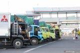 Truk-truk mengantre untuk menyeberang ke Pulau Bali di pelabuhan Ketapang, Banyuwangi, Jawa Timur, Rabu (25/3/2020). Jalur penyeberangan pelabuhan Ketapang-Gilimanuk ditutup untuk menghormati umat Hindu di Bali yang merayakan Hari Raya Nyepi tahun 1942 Caka dan akan dibuka kembali pada kamis (26/3) pukul 05.00 WIB. Antara Jatim/Budi Candra Setya/zk.