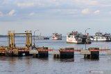 Kapal Ferry melakukan lego jangkar di Selat Bali terlihat dari pelabuhan Ketapang, Banyuwangi, Jawa Timur, Rabu (25/3/2020). Untuk menghormati umat Hindu yang merayakan Hari Raya Nyepi tahun 1942 Caka di Bali, jalur penyeberangan Pelabuhan Ketapang-Gilimanuk ditutup sementara mulai selasa (24/3) hingga dibuka kembali kamis (26/3) pukul 05.00 WIB. Antara Jatim/Budi Candra Setya/zk.