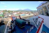 Aktivitas bongkar muat di pelabuhan Ketapang, Banyuwangi, Jawa Timur, Kamis (26/3/2020). Pelabuhan penyeberangan Ketapang-Gilimanuk kembali beroperasi seperti biasa setelah sempat ditutup karena pelaksanaan Hari Raya Nyepi tahun Caka 1942. ANTARA FOTO/Budi Candra Setya/nym.