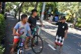 Pecalang atau petugas pengamanan adat Bali memberikan imbauan kepada dua orang anak untuk segera kembali ke rumah di wilayah Desa Adat Tuban, Badung, Bali, Kamis (26/3/2020). Gubernur Bali Wayan Koster mengeluarkan imbauan agar seluruh masyarakat Bali tetap berada di rumah masing-masing pada Kamis (26/3) atau satu hari setelah Hari Raya Nyepi untuk mencegah penyebaran COVID-19. ANTARA FOTO/Fikri Yusuf/nym.