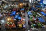 Pedagang menunggu pembeli di Pasar Tradisional Peunayung, Banda Aceh, Aceh, Kamis (26/3/2020). Kalangan pedagang di pusat perbelanjaan itu menyatakan omset penjualan mereka menurun hingga 50 persen akibat sepinya pengunjung sejak mewabahnya virus COVID-19. Antara Aceh/Ampelsa.
