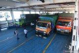 Aktivitas bongkar muat kendaraan dalam kapal di pelabuhan Ketapang, Banyuwangi, Jawa Timur, Kamis (26/3/2020). Pelabuhan penyeberangan Ketapang-Gilimanuk kembali beroperasi seperti biasa, setelah sebelumnya ditutup untuk menghormati umat Hindu di Bali yang merayakan Hari Raya Nyepi tahun 1942 Caka. Antara Jatim/Budi Candra Setya/zk
