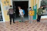 Legislator Karimun Wiyono semprot disinfektan cegah COVID-19 di Buru